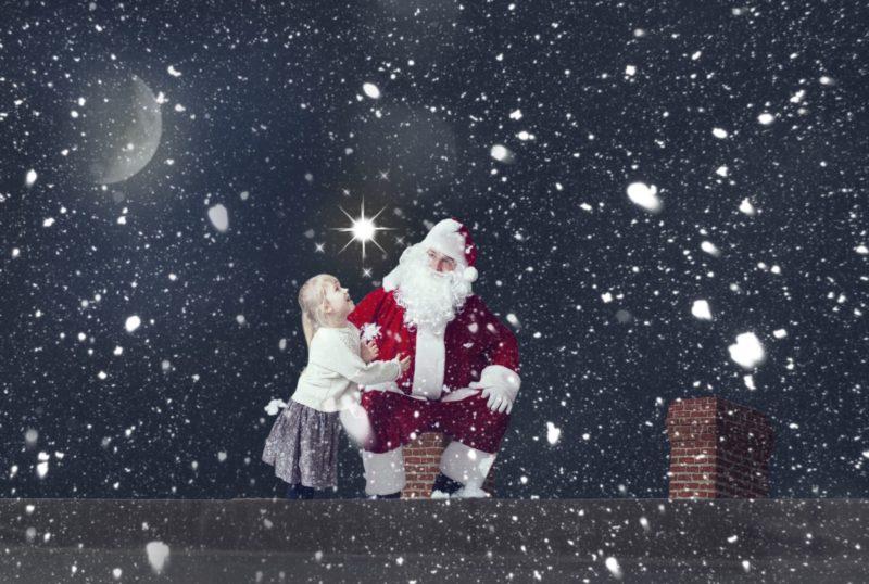サンタクロースと外国人の少女と雪