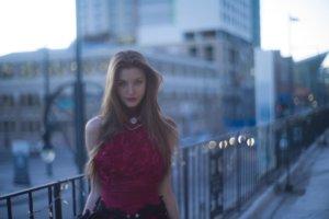 赤いドレスの外国人女性