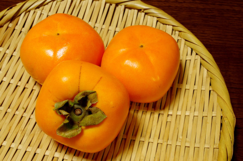 三つの柿の画像