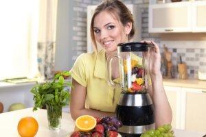フルーツのジュースを作ろうとしている外国人女性の画像