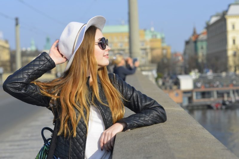 サングラスと帽子を装備した外国人女性