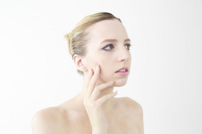 自分の肌の調子を見ている外国人女性