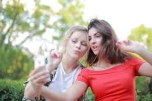 自撮りをする二人の白人女性