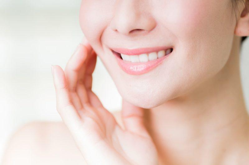 美容のイメージ 頬に手を当てている女性