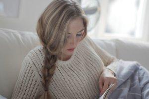 本を読む若い三つ編みの女性