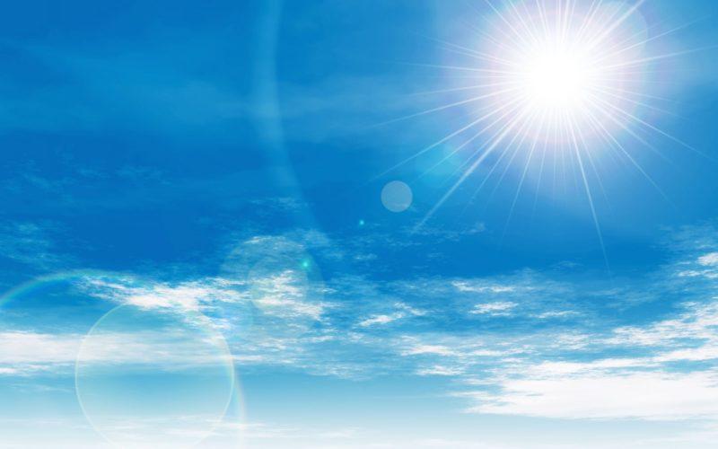 青い空と太陽光