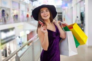 夏にショッピングを楽しんでいる外国人女性
