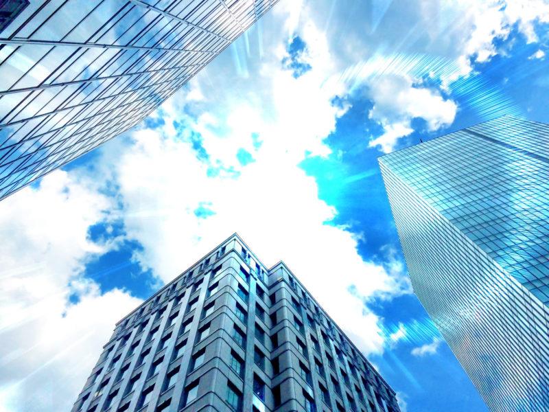 日差しが強いビル街 ガラス