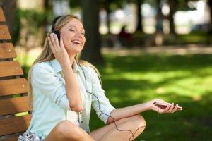 公園で音楽を聴く女性
