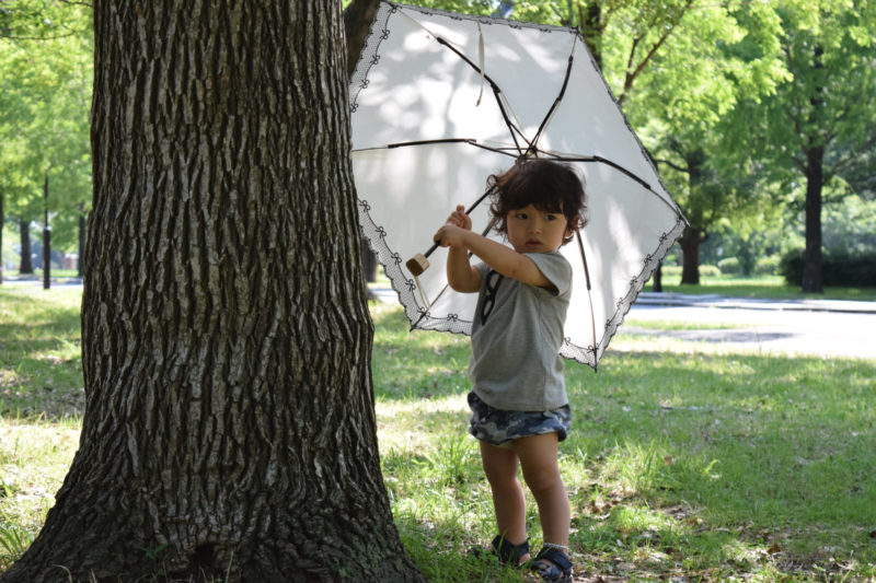 日傘を持った小さな子供