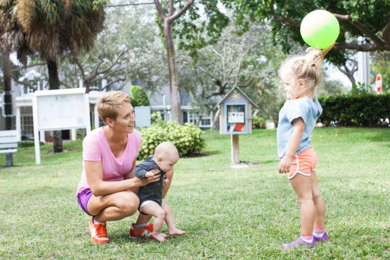 ボール遊びをしている家族