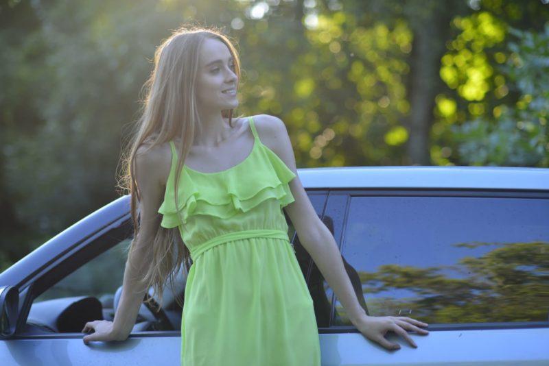 車と黄色のワンピースを着用した外国人女性