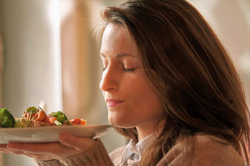 出来上がった料理の香りを嗅ぐ外国人女性