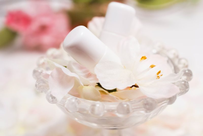 花と一緒に器に入った化粧水の画像