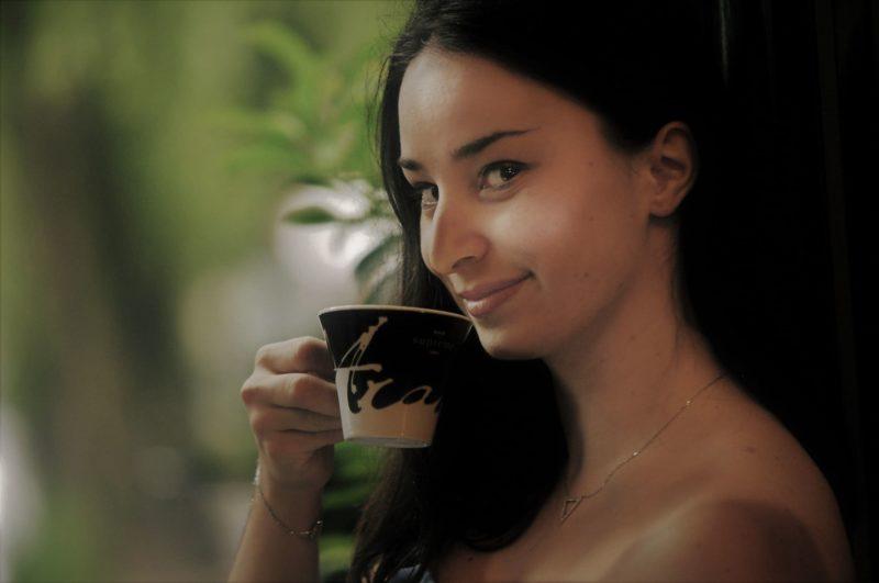 コーヒーを飲む外国人女性