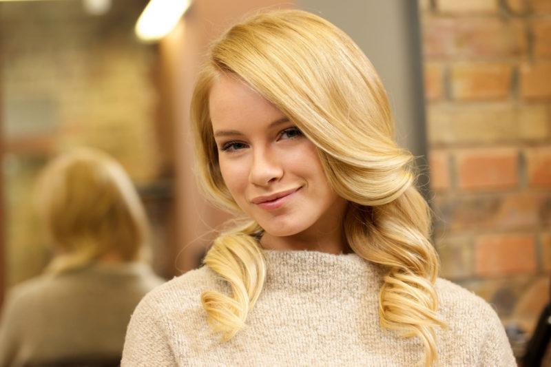 髪の毛の綺麗な金髪の外国人女性