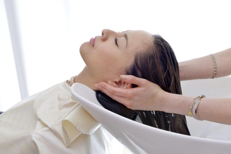 美容室・髪を洗われる女性