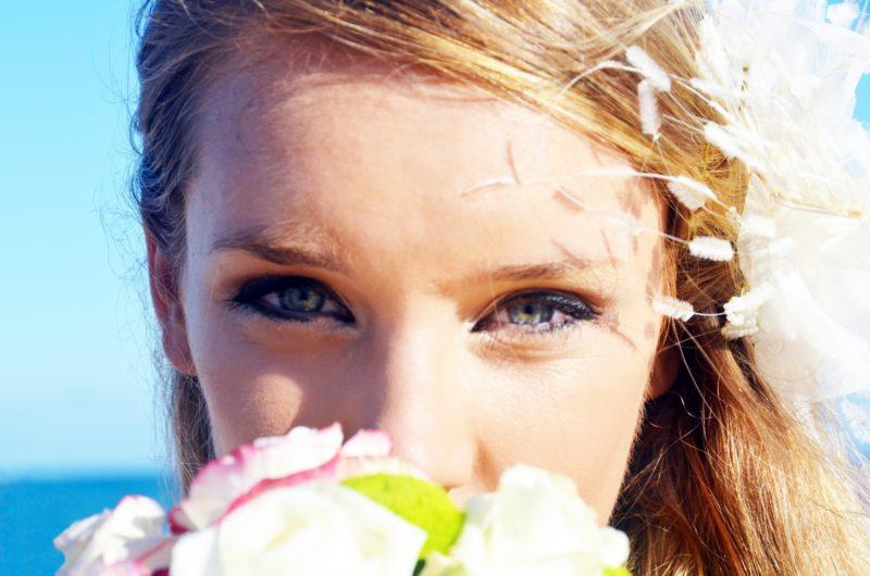 花を持った目がきれいな女性