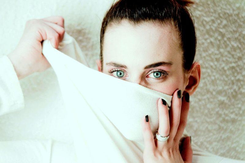 口元を布で隠している外国人女性