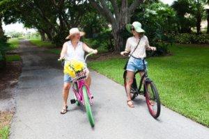 夏に女性2人が自転車に乗って旅をしている光景