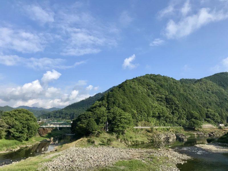 山と川があり、奥には橋もある雄大な自然