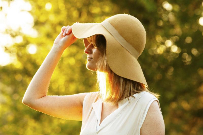 帽子をかぶって夕方に出かける女性