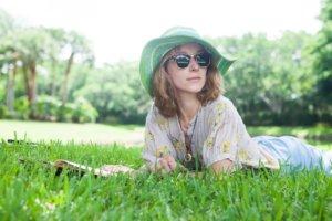 芝生の上で読書する女性