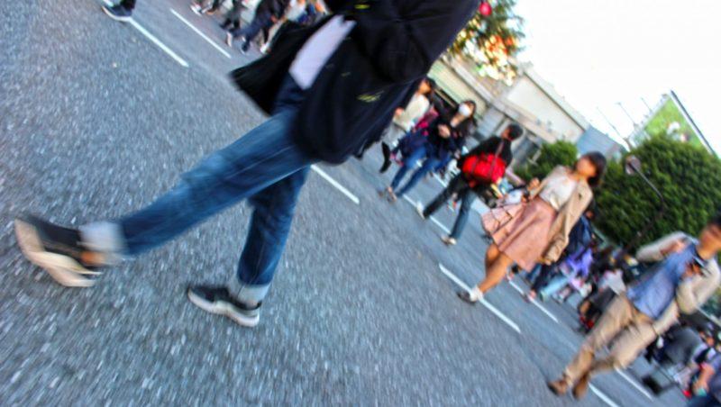 歩行者が歩いている歩道