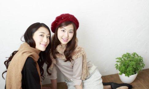 ベレー帽を被っている女性と友達の女性
