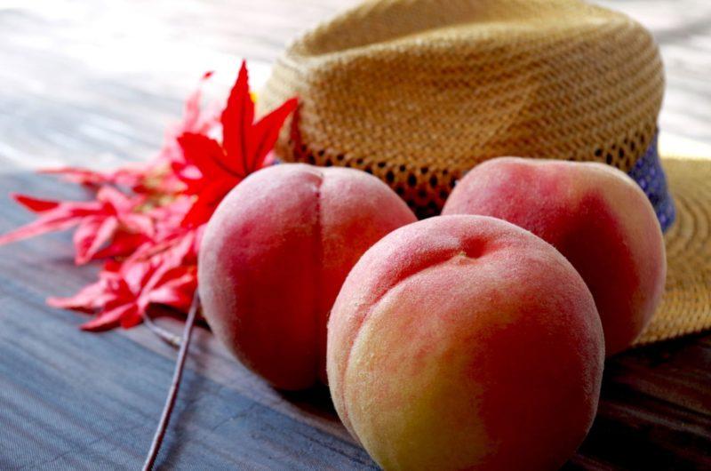 麦わら帽子と紅葉と桃