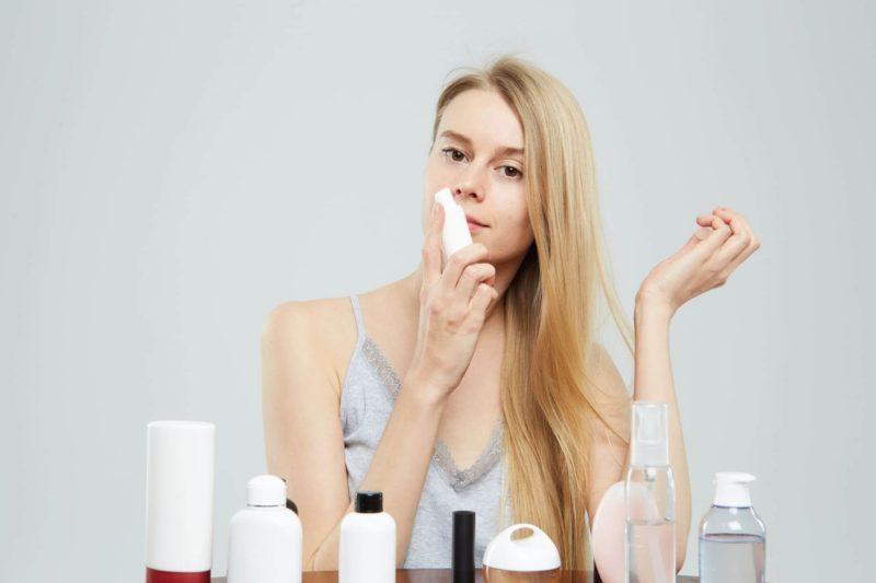 いろいろな化粧水を試している女性