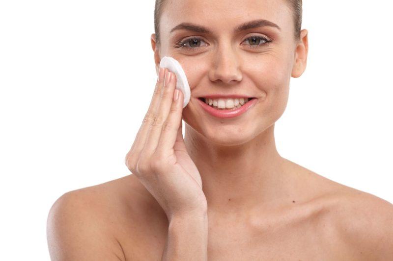 外国人の女性が顔をパッティングしている