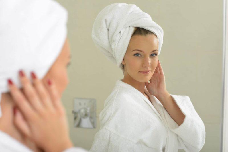 頭にタオルを巻き浴室から出てきた女性