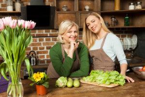料理を作っている外国人の母と娘