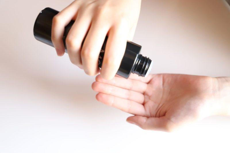 化粧水を使っている画像