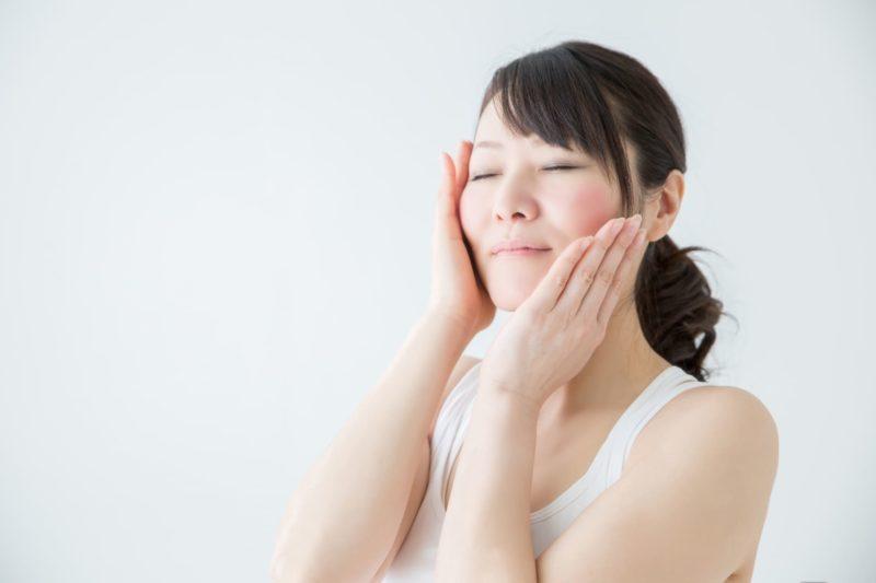 美容液などの効果を実感している日本人女性の画像