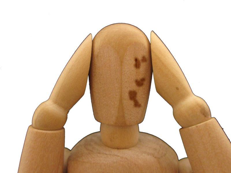 シミが出来ているデッサン人形の画像