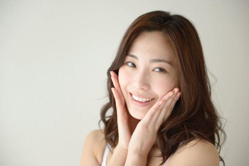 両頬に両手を当てている日本人女性の画像