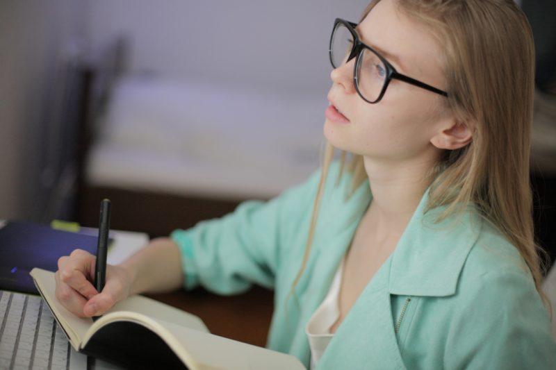 パソコンを使って勉強をする外国人女学生の画像
