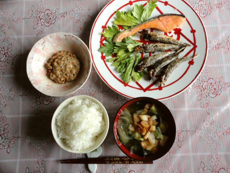 納豆、魚、ご飯、みそ汁