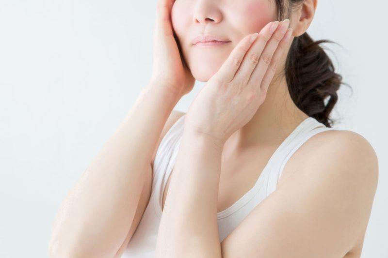 化粧水をつけてスキンケアを行なっている女性