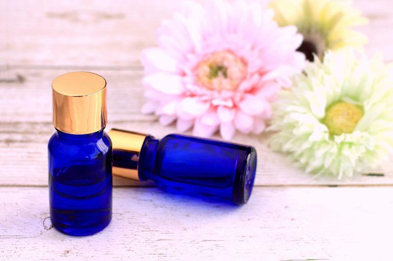 お花が添えられている化粧瓶2つ
