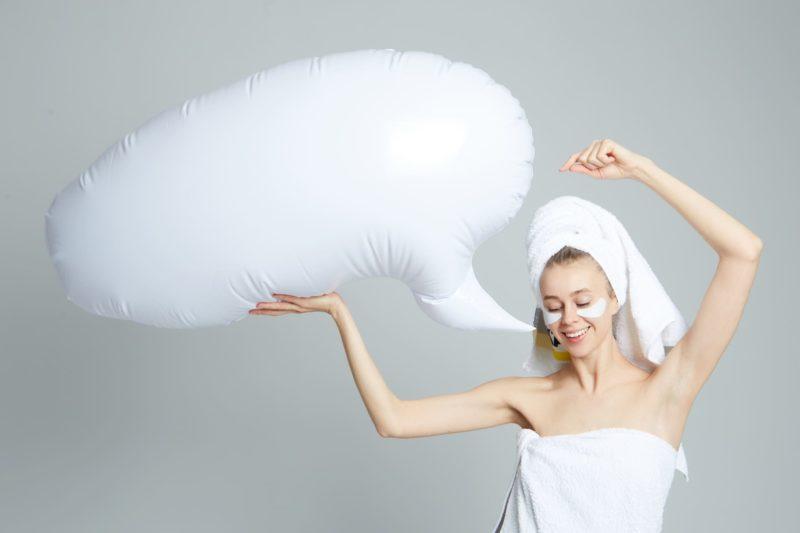 お風呂上りにタオル巻いている女性が頭の中で何かを浮かべている光景