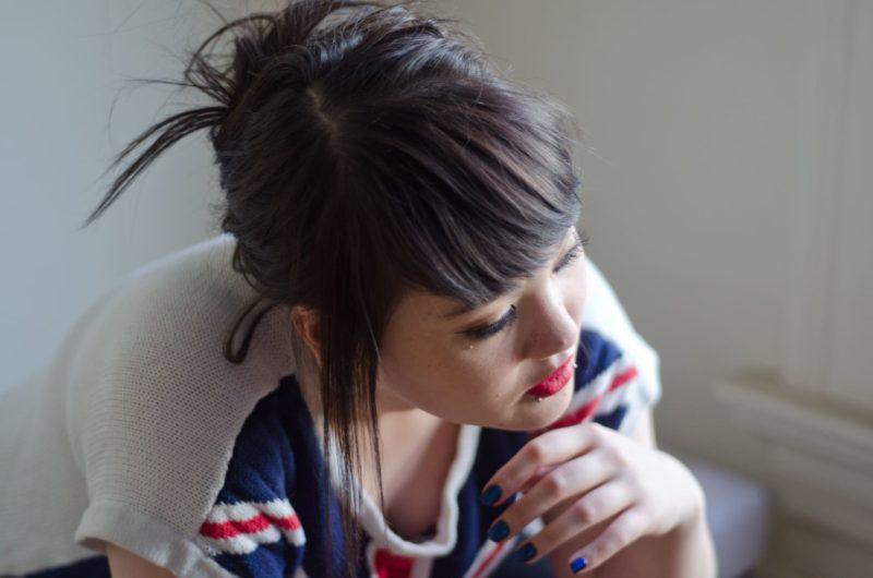 リップピアスをしている髪の毛を結んだ外国人女性