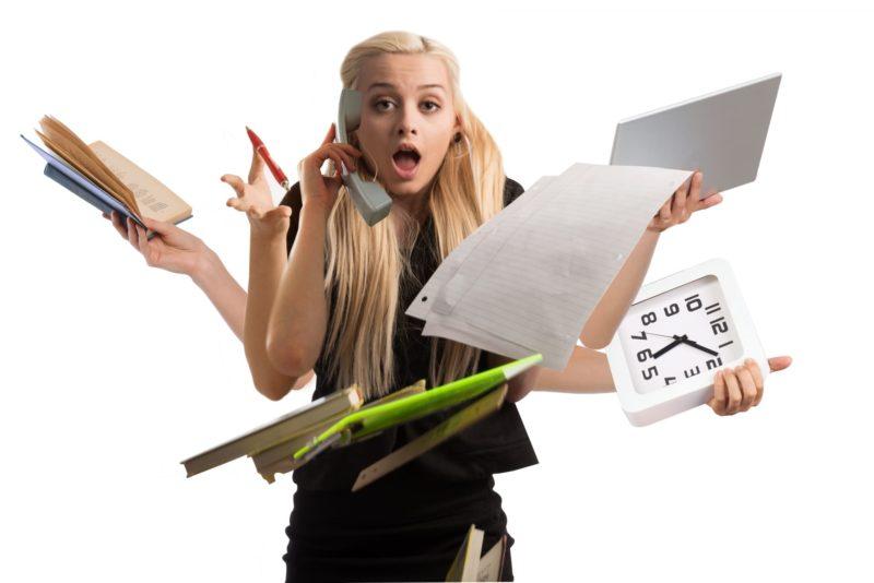 仕事がとても多忙で寝る暇もないほど慌てている女性
