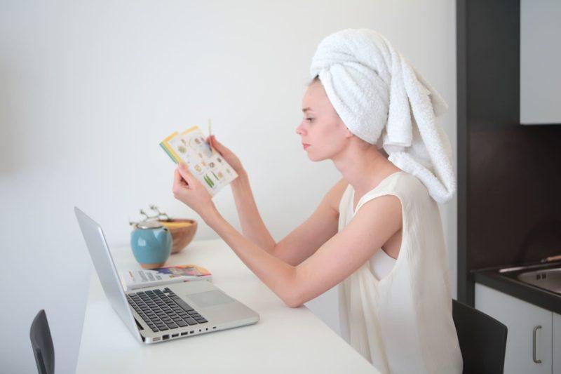 お風呂上りに本を読んでいる外国人女性