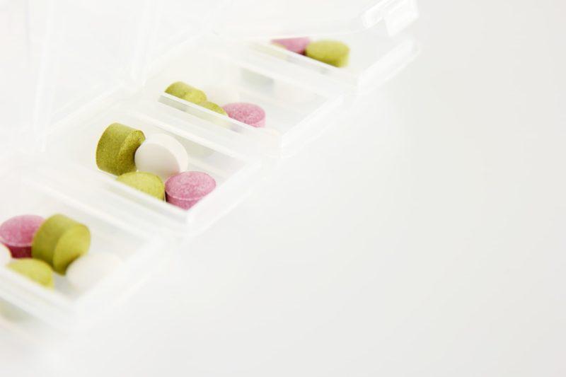 お薬ボックスに入っている様々な種類のサプリメントの画像