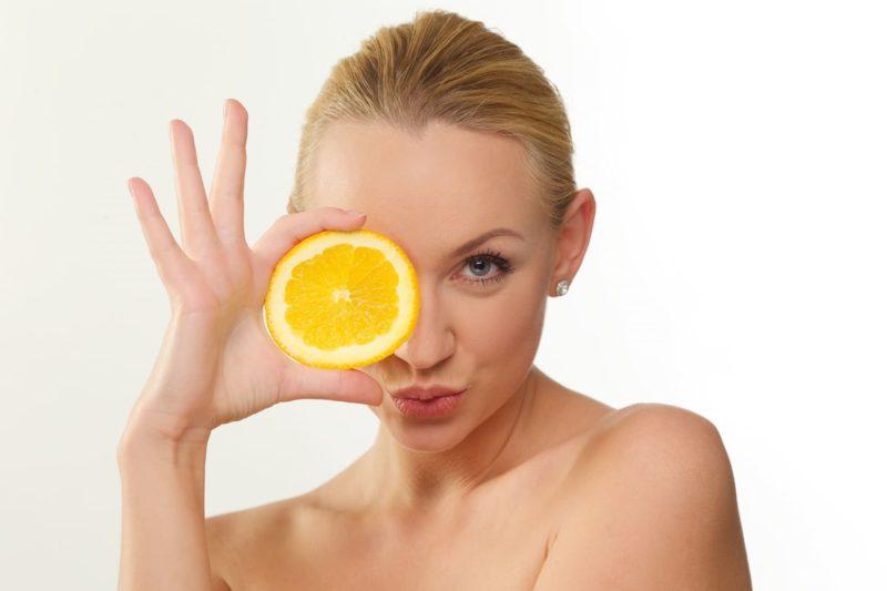オレンジを持った外国人女性の画像