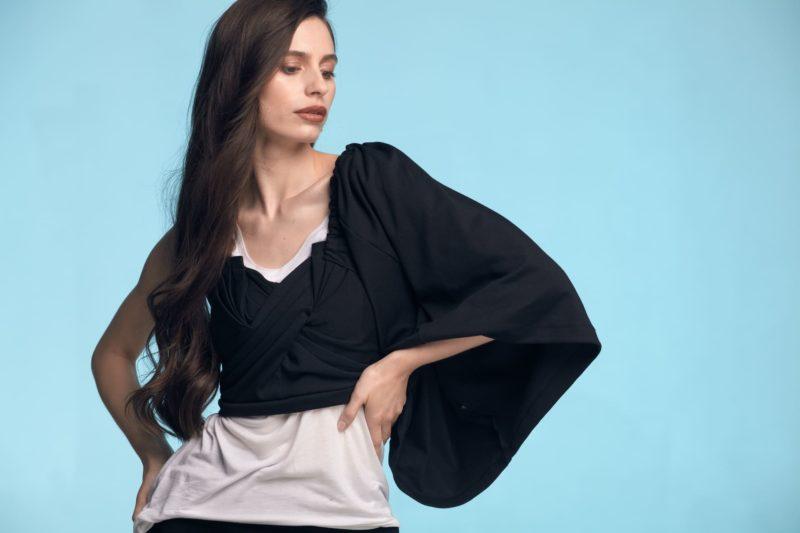 黒い服を着用している長い髪の外国人女性