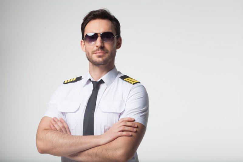 サングラスをかけた男性パイロット